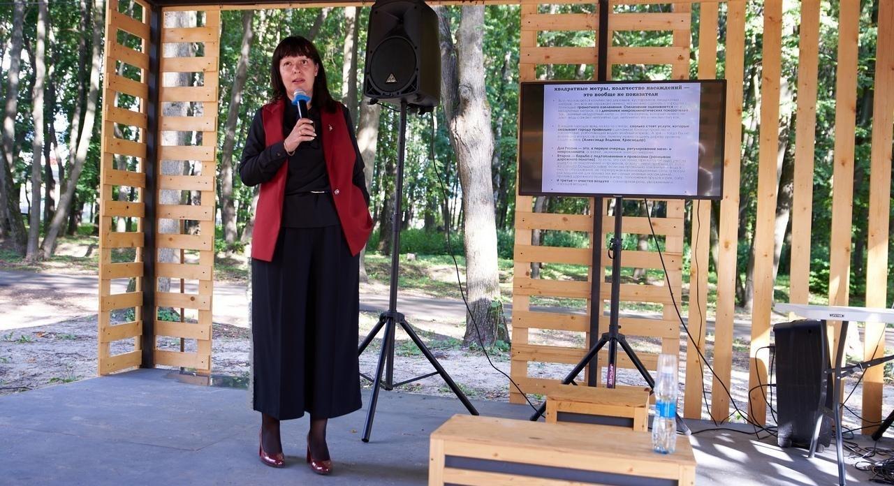 Виолетта Чёрная руководитель рязанского отделения Российского экологического общества выступила с лекцией «URBANHEALTH. Здоровый город» на площадке «Лекторий в Лесопарке»