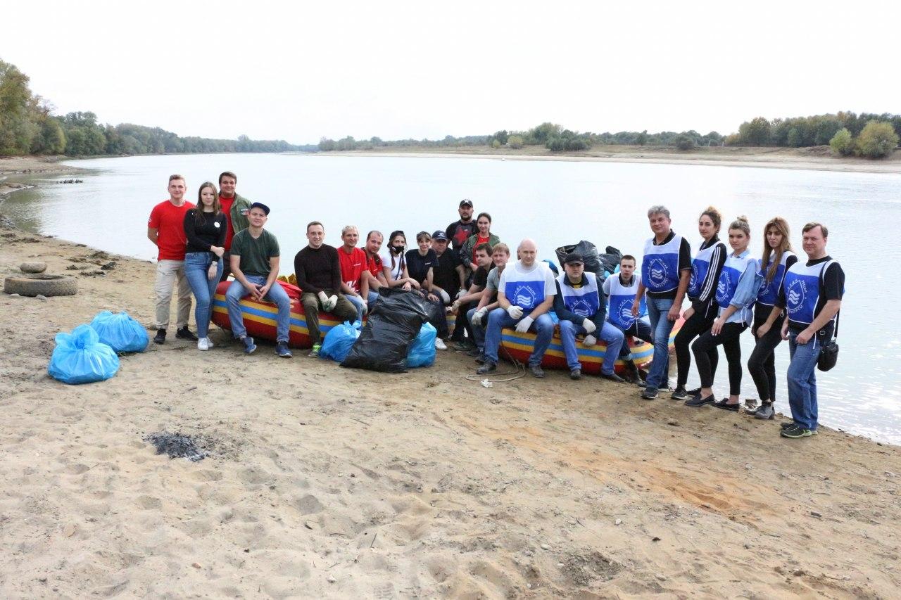 Представители регионального отделения Российского экологического общества и волонтеры очистили берега Кубани от мусора