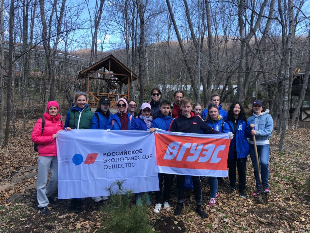 Во Владивостоке прошел мастер-класс по озеленению и высаживанию хвойных деревьев