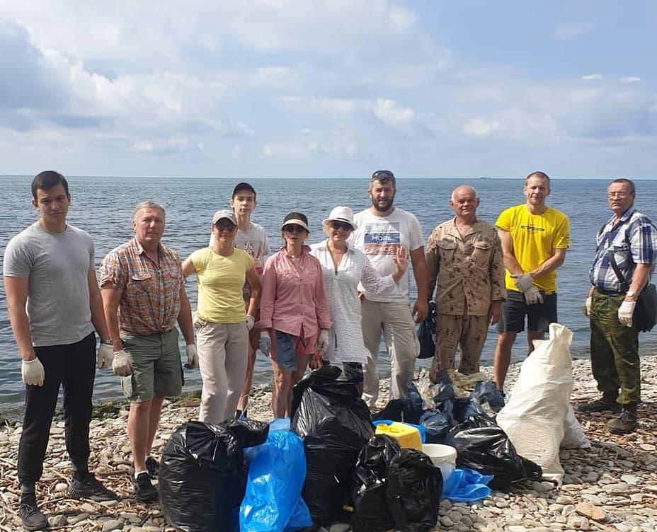 На побережье Черного моря реготделением Российского экологического общества проведен очередной субботник